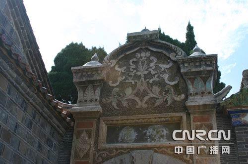 其中欧式院门和舍间地壁炉是中西合璧的建筑典范