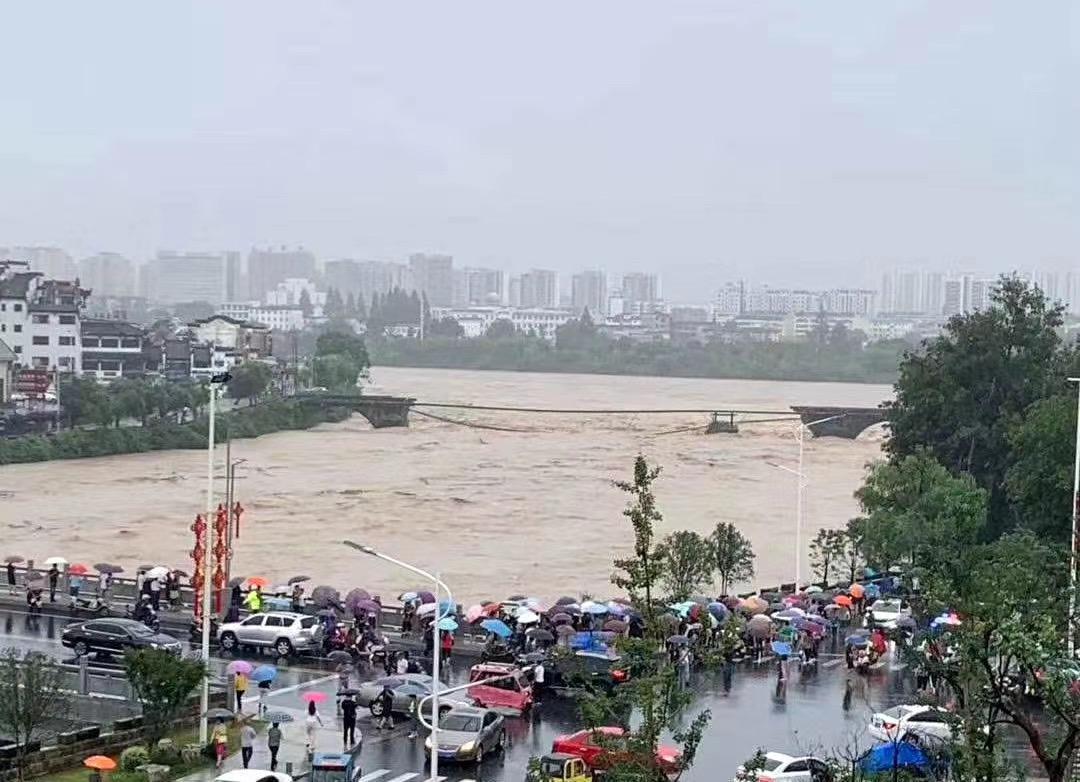黄山市中心城区屯溪老大桥被山洪冲毁