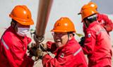 面对低油价形势,油田员工全力攻坚创效,支撑保障油田高效开发。_副本.jpg